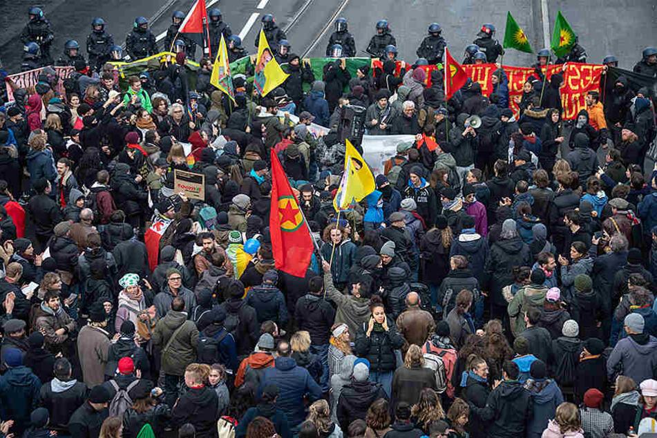 Rechte und linke Aktivisten liefern sich heftige Straßenschlacht