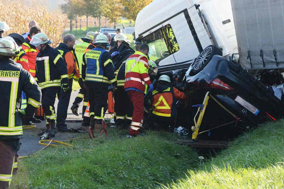 Insgesamt 30 Feuerwehrmänner waren vor Ort um den Mercedes-Fahrer zu retten.