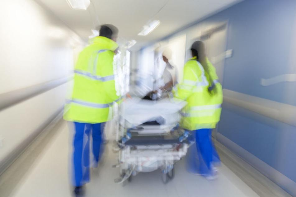 Die Frau wurde sofort in ein Krankenhaus gebracht. (Symbolbild)