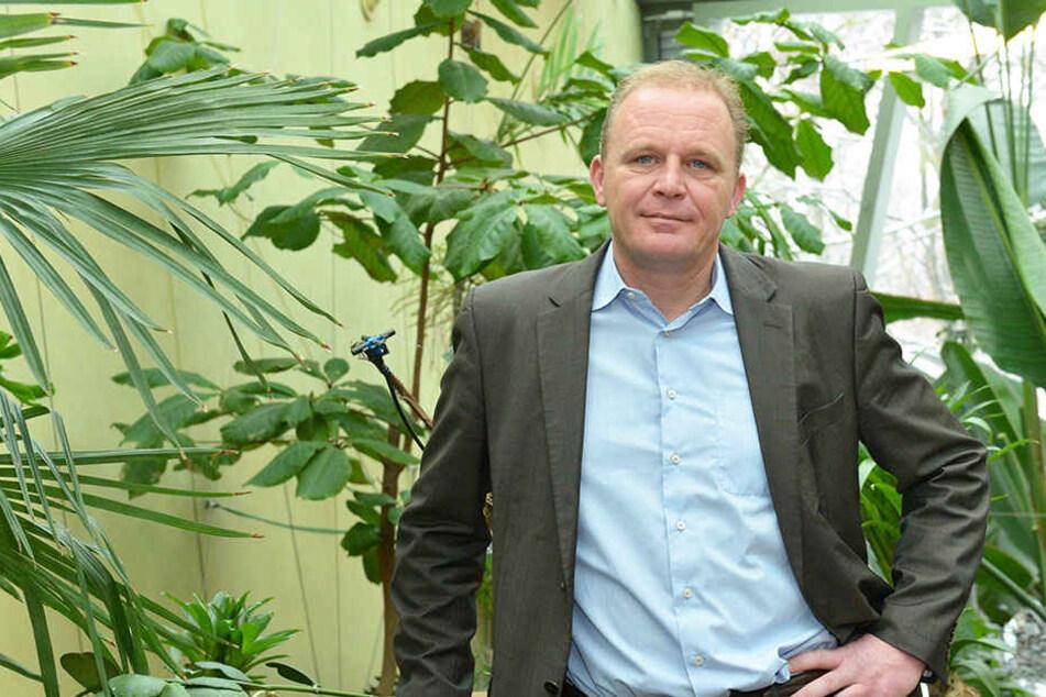 Karl-Heinz Ukena (45) betrauert den Tod des Pinguins.