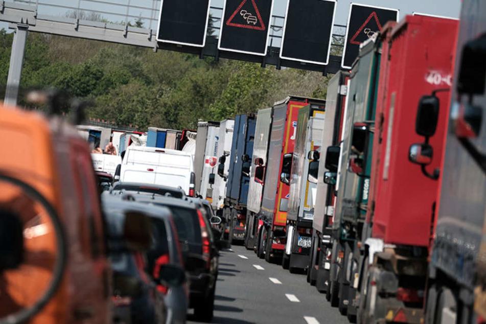 Erneut schaffen andere Verkehrsteilnehmer es nicht, ordnungsgemäß eine Rettungsgasse zu bilden. (Symbolbild)