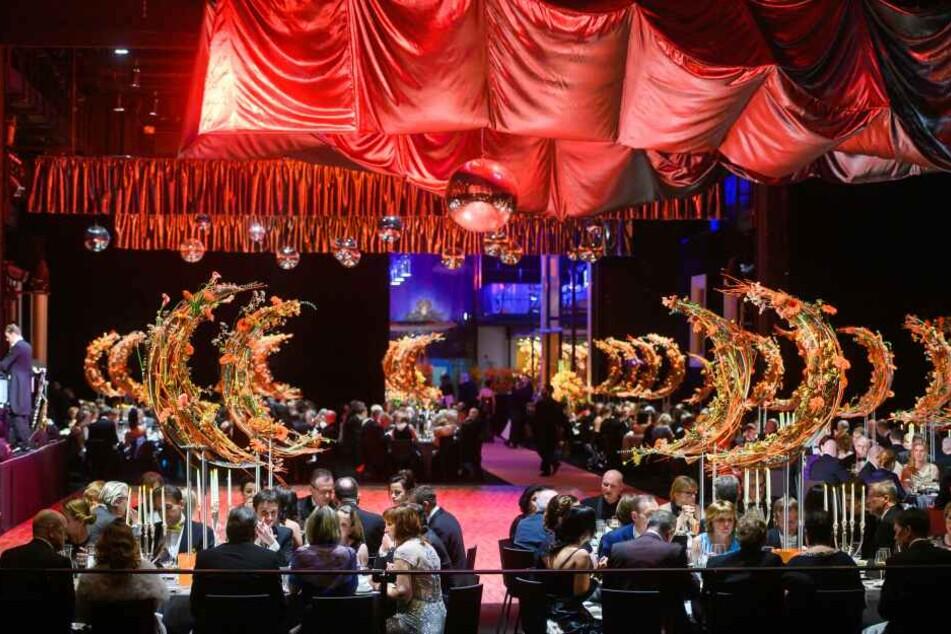 Unter den Gästen sind vor allem Prominente aus Politik und Wirtschaft.