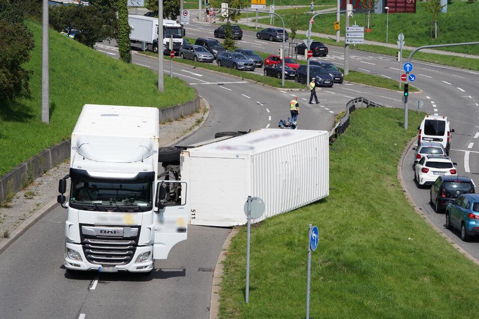 Lkw-Anhänger am Pragsattel umgekippt: B27 Richtung Innenstadt gesperrt