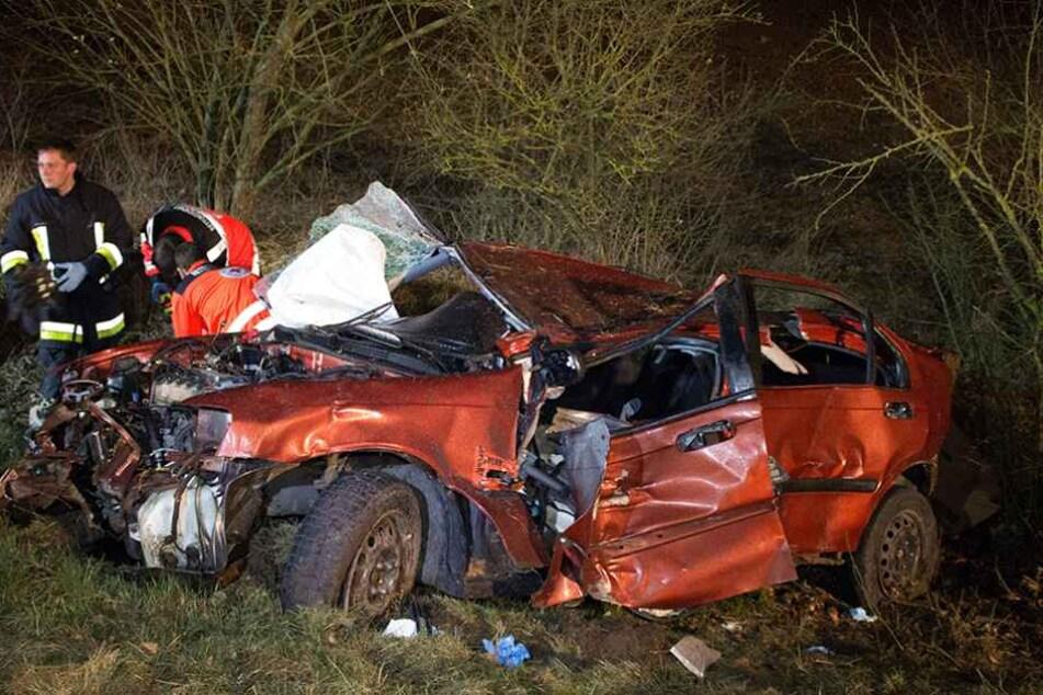 Der rote Honda Civic wurde bei dem Aufprall komplett zerstört.