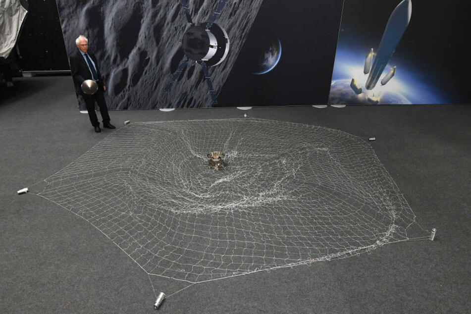 Ein Netz könnte zukünftig Weltraumschrott im All einfangen.