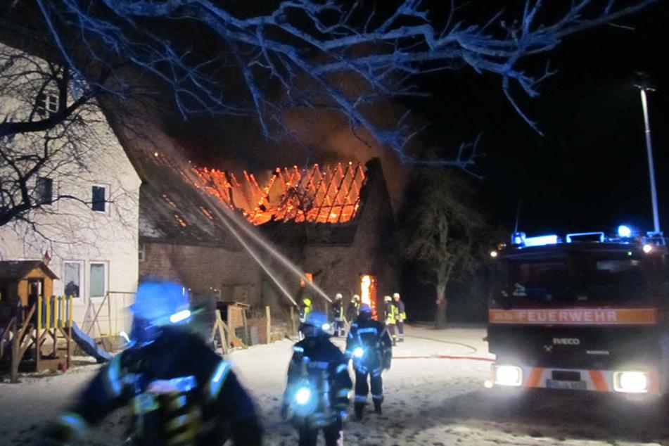 140 Feuerwehrmänner rückten zu dem Scheunenbrand aus