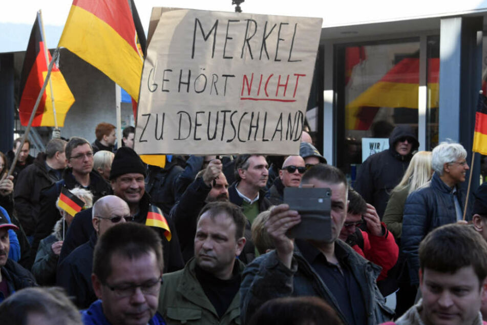 """Teilnehmer der Demo """"Kandel ist überall"""" demonstrieren in der Kleinstadt."""