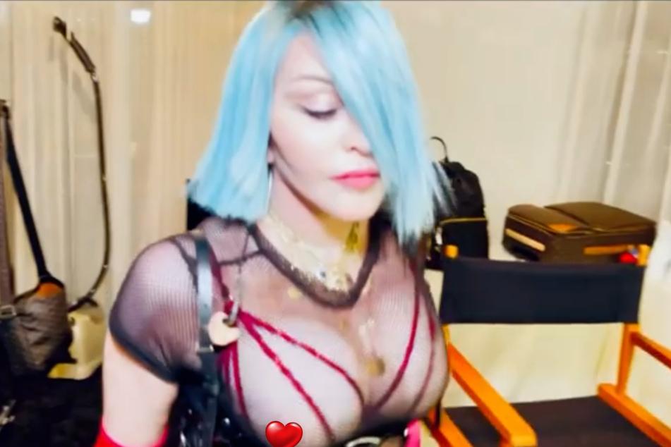 Madonna (62) trug ein schrilles und freizügiges Outfit.