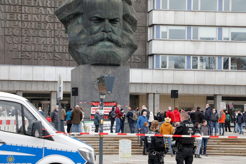 """Etwa 150 Menschen kamen ab 18 Uhr zu der """"Freie Sachsen""""-Kundgebung am """"Nischel""""."""