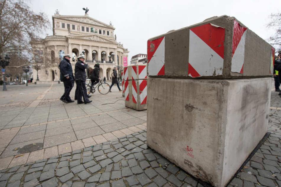Vor der Alten Oper schützen Beton-Poller vor möglichen Terroranschlägen.