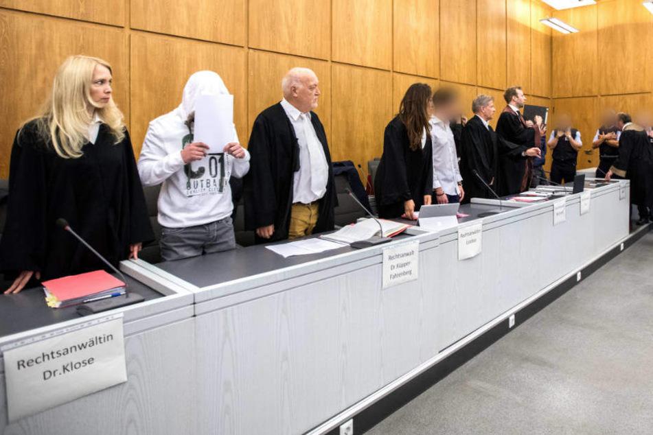 Die Angeklagten mit ihren Anwälten beim Prozess-Beginn im vergangenen Juli in Essen.