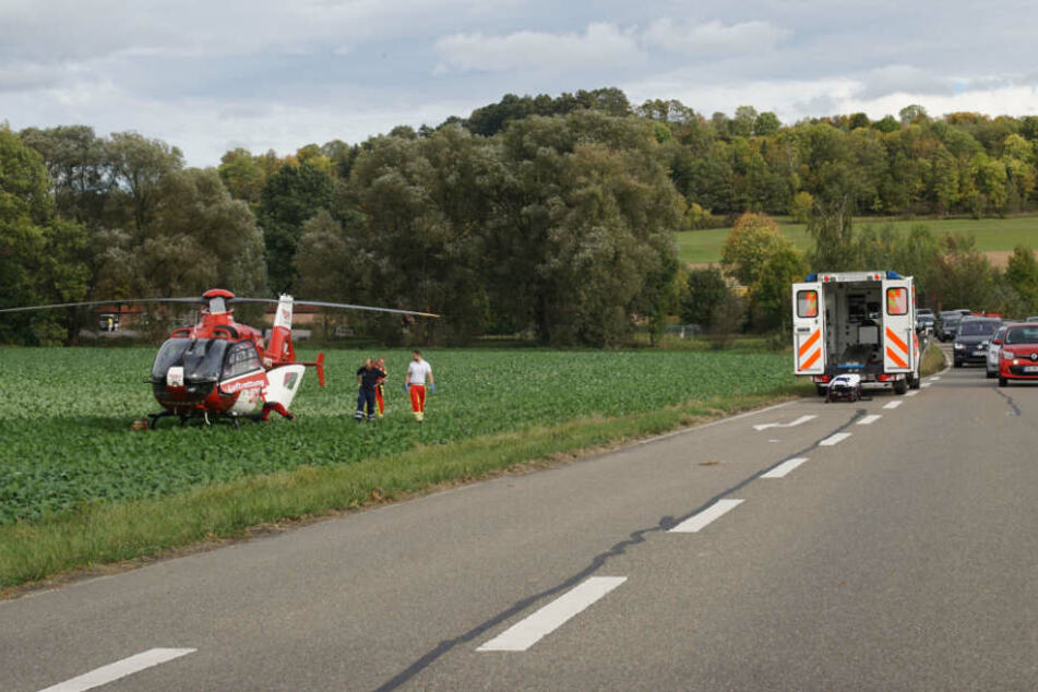 Der 49-jährige Motorrad-Fahrer wird mit dem Rettungshubschrauber in die geflogen.