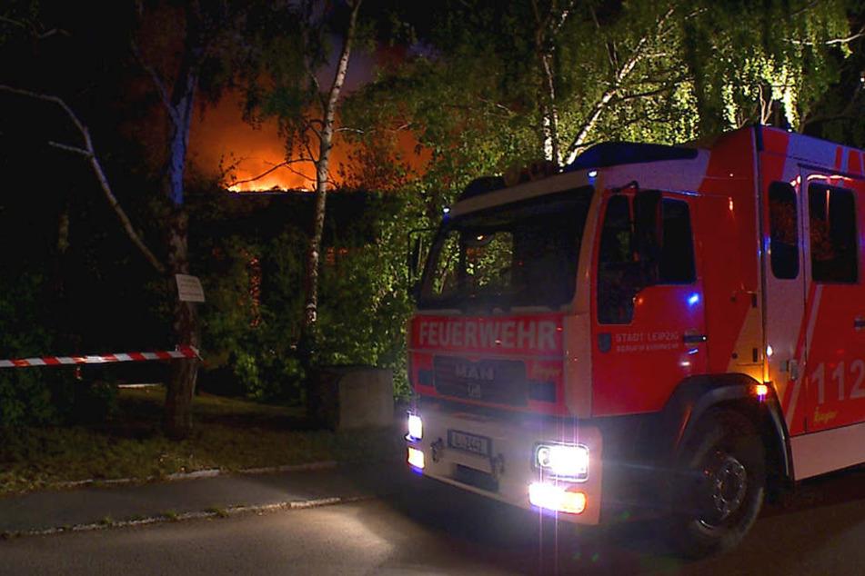 In Leipzig-Engelsdorf brannte in der Nacht zum Freitag ein ehemaliger Lokschuppen aus.