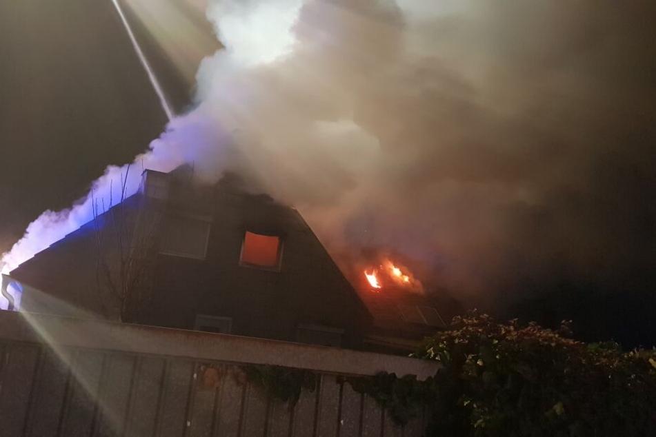Das Feuer in dem Wohnhaus in Düren dehnte sich vom Dachstuhl aus.