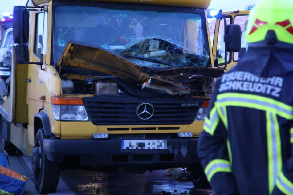 A9: Kleintransporter mit Oldtimer kracht auf Lkw, Fahrer eingeklemmt