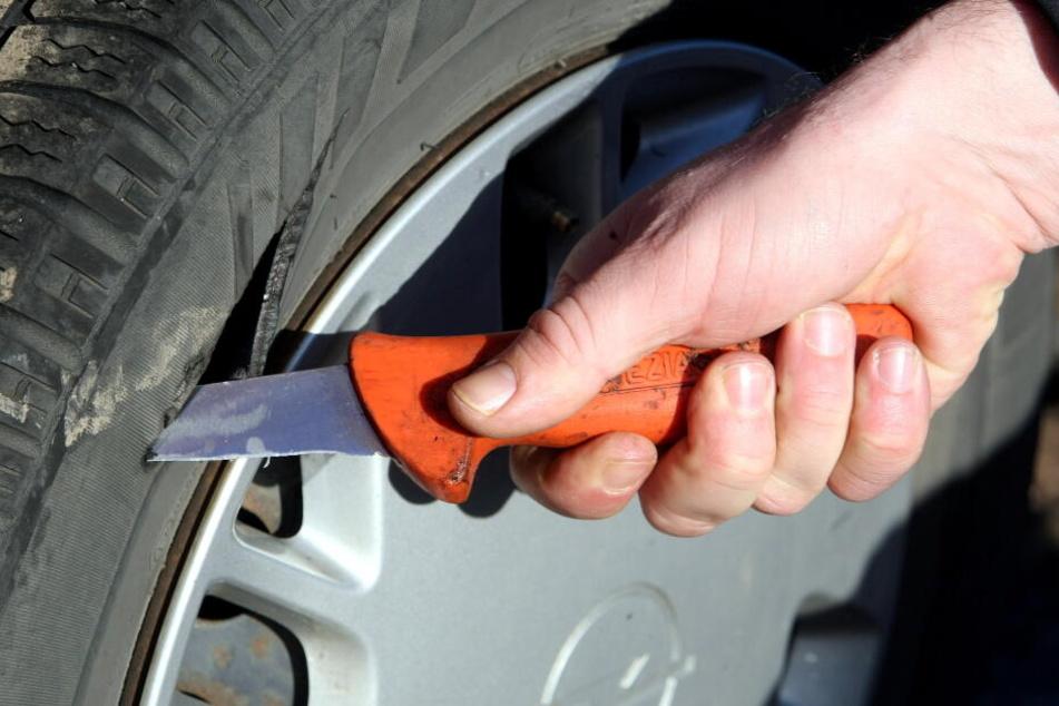 Der Täter hat an einem Opel alle vier Reifen zerstochen. (Symbolbild)
