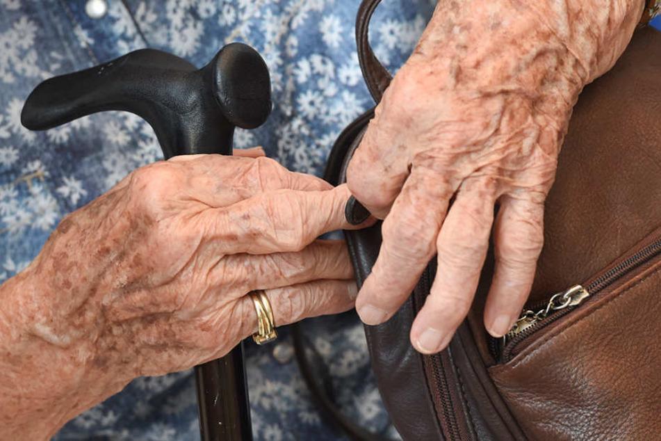 Handtaschen-Dieb schlägt Kopf von Seniorin (90) mehrfach gegen Treppengeländer!