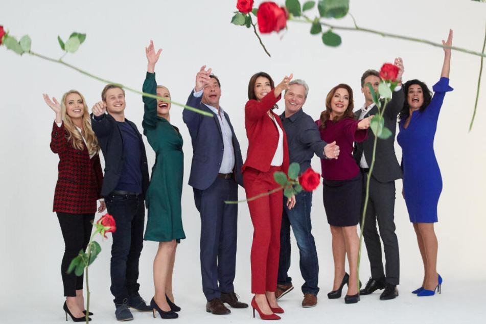 """Die Stars von """"Rote Rosen"""" beim Gruppenbild."""