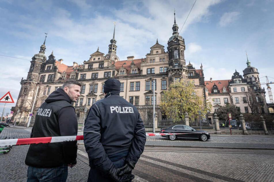 """Auch die Polizei fahndet noch nach den Einbrechern, bietet für den entscheidenden Hinweis aber """"nur"""" 500000 Euro."""