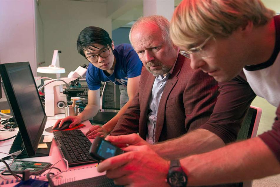 Die Cybercrime-Spezialisten Cao (Yung Ngo, l.) und Dennis (Mirco Kreibich)  lesen für Borowski Handydaten aus.