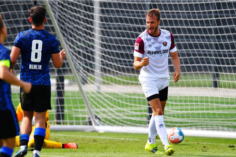 Pascal Sohm (r.) bejubelt seinen Treffer zum 2:0 für Dynamo.