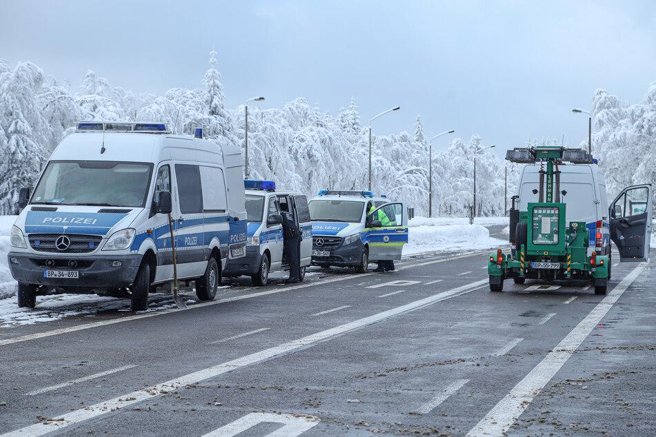 Mehrere Fahrzeuge der Bundespolizei stehen bereit! Ab Sonntag 0 Uhr wird am Grenzübergang Reitzenhain streng kontrolliert.
