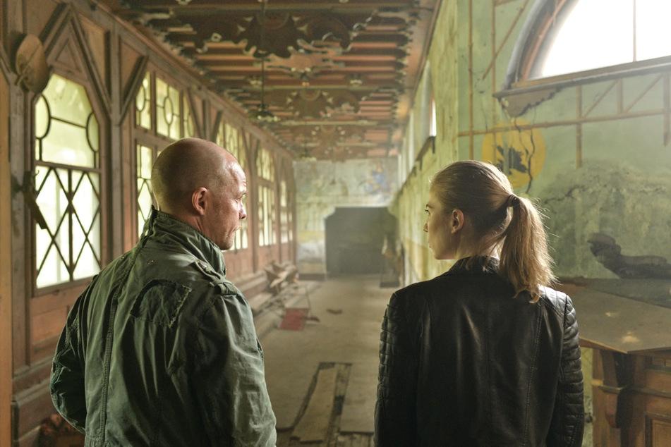"""Die Kommissare Hannah Zeiler (Nora Waldstätten) und Micha Oberländer (Matthias Koeberlin) sind auf Spurensuche in der alten Villa in einer Szene aus """"Die Toten vom Bodensee - Der Wegspuk""""."""