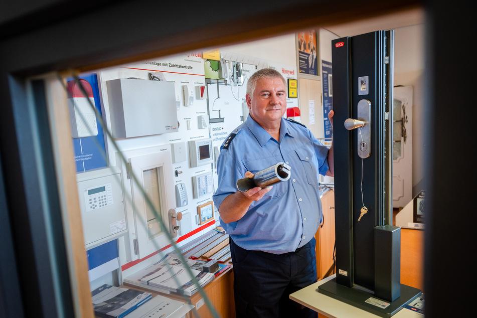 Polizeiberater Frank Arnold (61) mit alter Einbruchstechnik (Abzieher als Eigenbau) und modernem Einbruchsschutz (Fingerabdrucksensor).