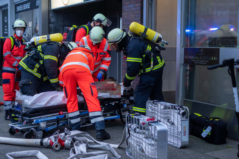 Einsatzkräfte versorgen den schwer verletzten Mann.