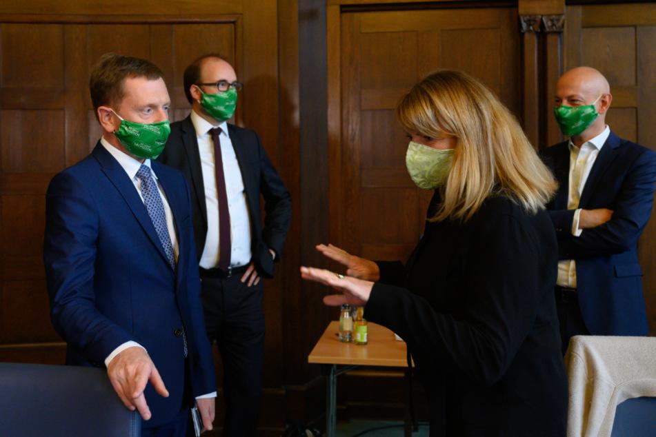 In der Staatskanzlei diskutierten Petra Köpping (62, SPD, rechts) und MP Kretschmer (45, CDU) bereits vor Beginn der Sitzung.