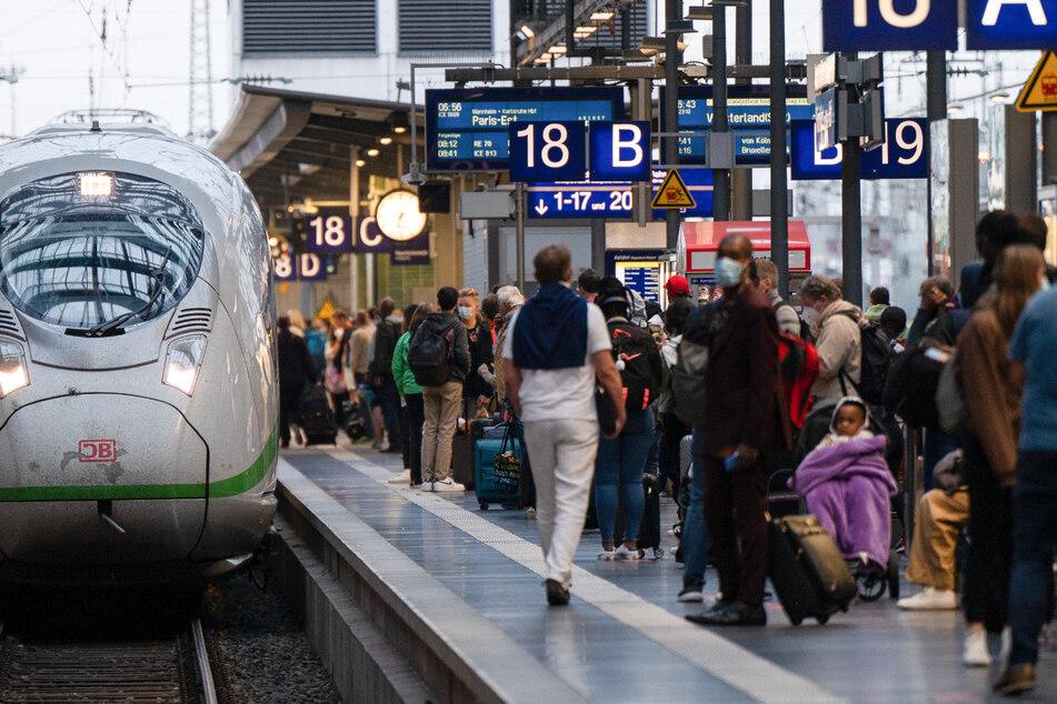 Geduld und Wartezeiten mussten Reisende an Gleisen und Bahnhöfen vielerorts mitbringen.