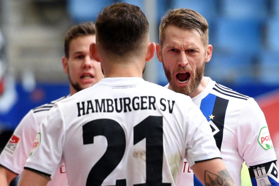 Kapitän Aaron Hunt jubelt über seinen 2:1-Treffer und bedankt sich bei Vorlagengeber Tim Leibold.