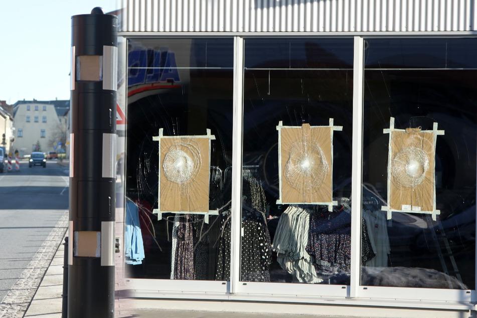 Schaufenster und Blitzer zerstört: Vandalen ziehen durch City