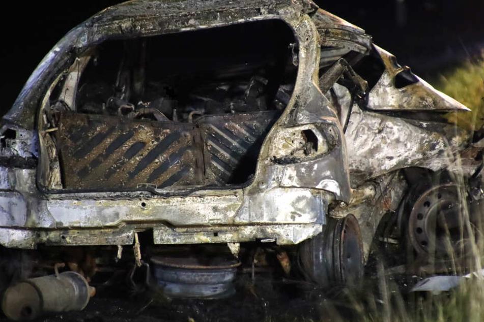 Von dem zerstörten und ausgebrannten Peugeot blieb nach dem Unfall wenig übrig.
