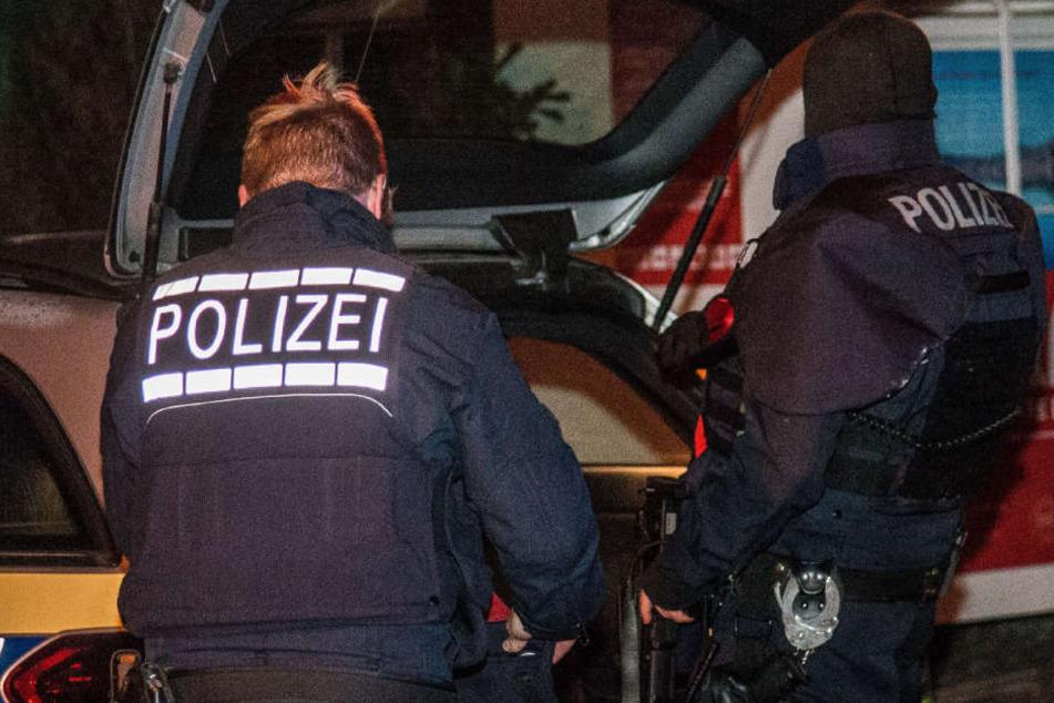 Die Polizeibeamten konnten den Tatverdächtigen Messerangreifer festnehmen. (Symbolbild)