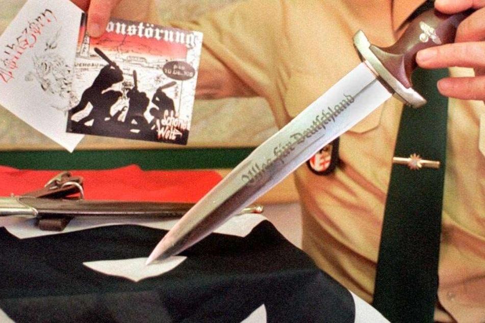 """Nazi-Dolch mit SA-Spruch """"Alles für Deutschland"""". Der Satz ist ebenso verboten wie """"Heil Hitler""""."""