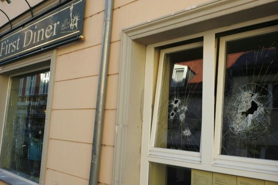 """Sieben Scheiben der Gaststätte """"St. Wenzel/First Diner"""" in der Wenceslaigasse wurden erheblich beschädigt."""