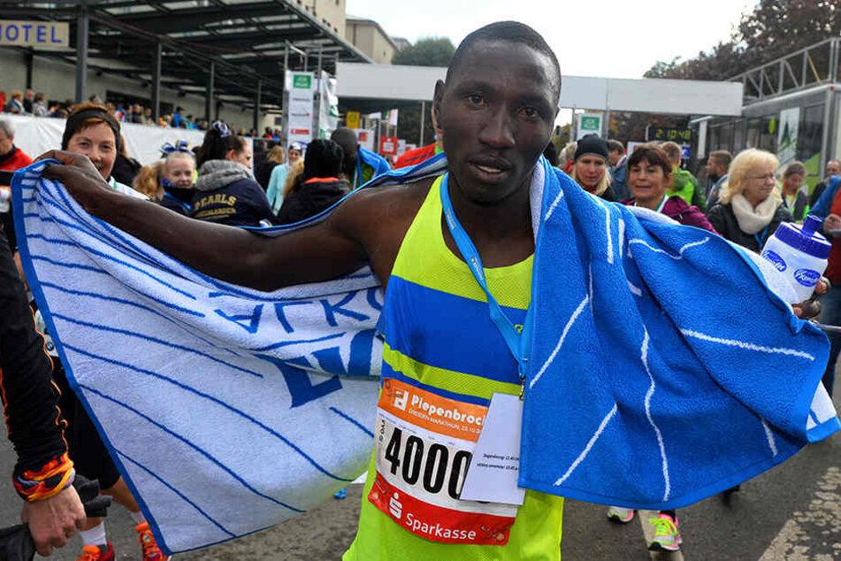 Kaputt aber glücklich: Kyen Joseph Munywoki (24) gewann den Dresden-Marathon mit Bestzeit!