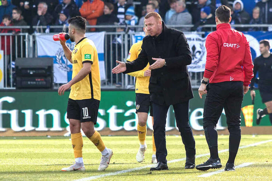 Seine letzte Dynamo-Dienstfahrt heute vor einem halben Jahr: Nach dem 0:2 in Darmstadt musste Maik Walpurgis (M.) gehen.