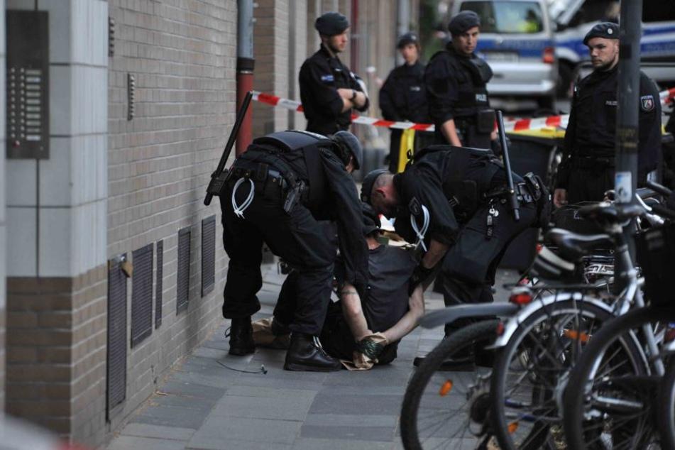 Polizisten nahmen den Mann (48) fest.
