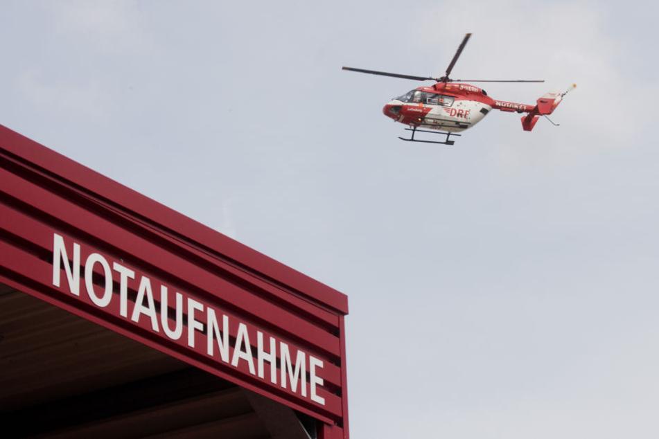 Ein Rettungshubschrauber brachte den verletzten Motorradfahrer in ein
