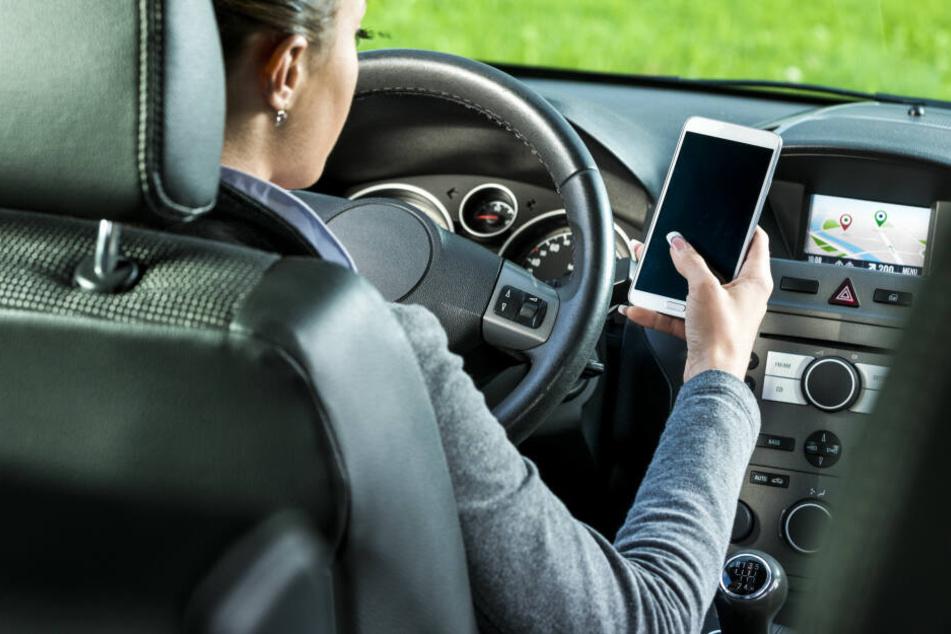 Im Auto kann es um die 70 Grad heiß werden - kein guter Aufbewahrungsort für euer Handy!