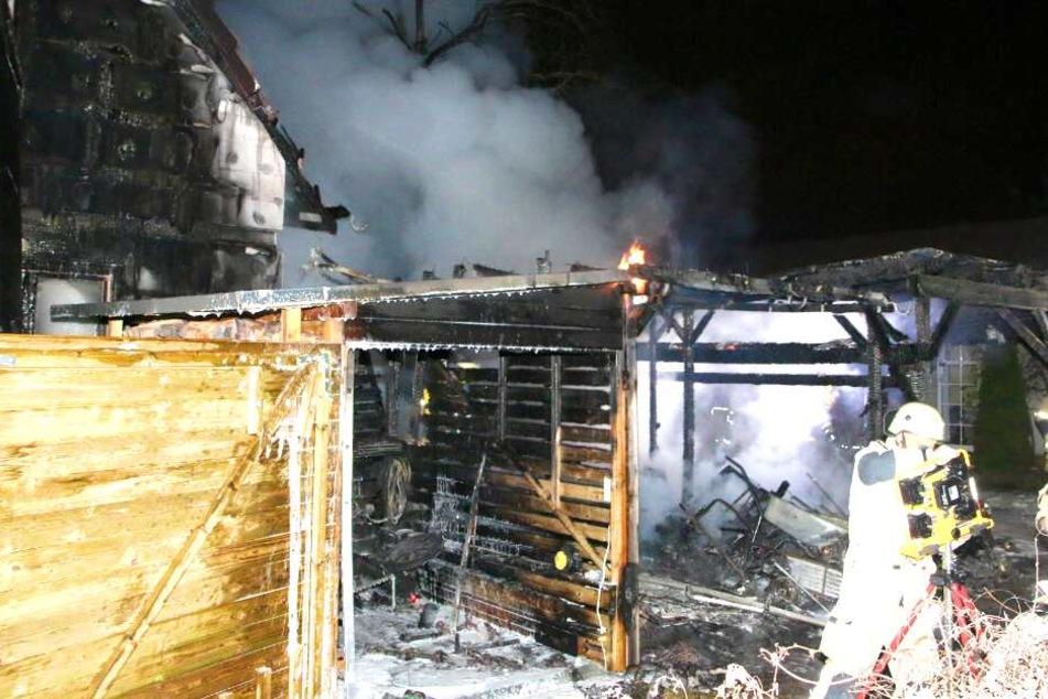 Carport und Haus brennen lichterloh: Senior kämpft mit Gartenschlauch gegen Feuer!