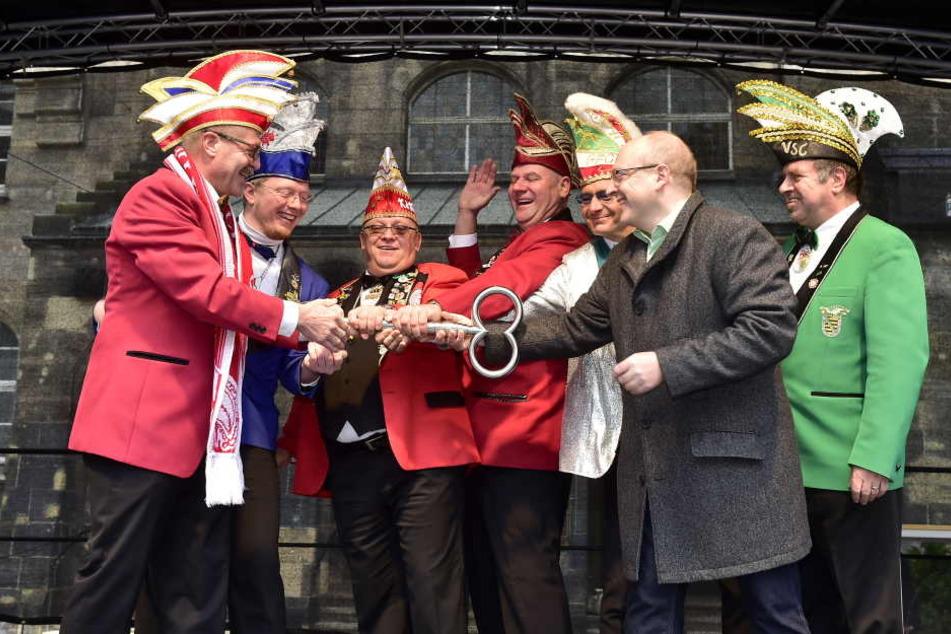 Bürgermeister Sven Schulze übergab den Rathausschlüssel an die Präsidenten der Chemnitzer Karnevalsvereine.