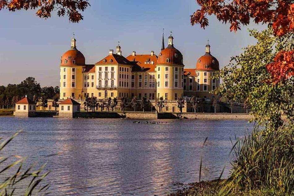 """Des einen Freud ist des anderen Leid: Das Schloss Moritzburg wird Drehort der neuen Hollywood-Krimiserie """"Drei Engel für Charlie""""."""