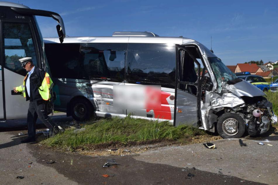 Das völlig demolierte Wrack des kleinen Schulbusses. Die 61 Jahre alte Fahrerin wurde schwer verletzt.