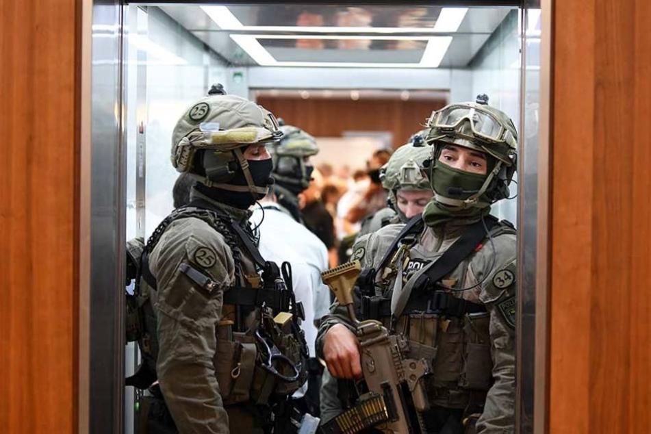 GSG-9-Polizisten in voller Montur im Fahrstuhl des Innenministeriums.