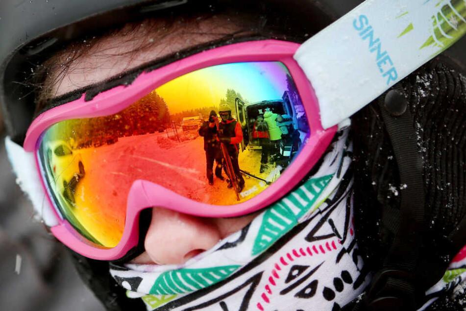 Winterberg: Mit einer bunten Skibrille steht in Winterberg ein Skifahrer an einem Lift. (Archivaufnahme)