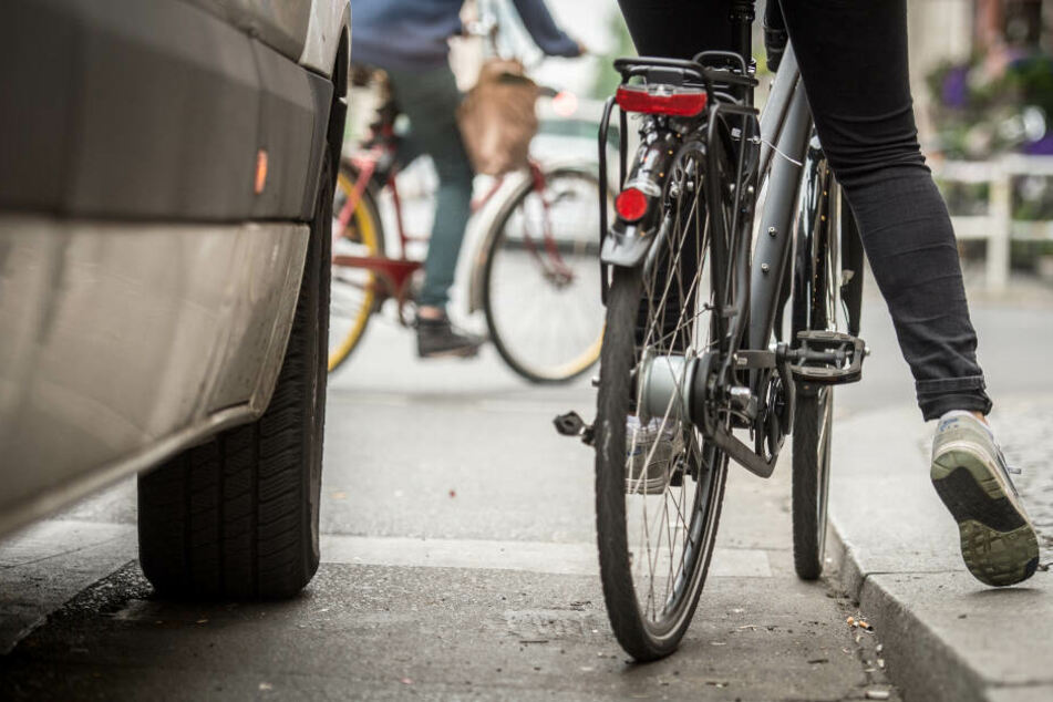 Radfahrerin (17) von Männern mit Auto verfolgt und sexuell bedrängt