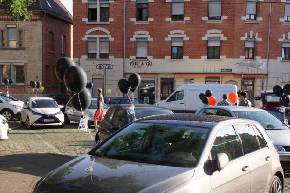 Bunt für die Autofahrer, die richtig geparkt haben, schwarz für die Falschparker am Eduard-Pfeiffer-Platz.